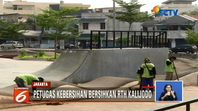 Sepi dan tak banyak kegiatan, RTH Kalijodo mulai berbenah. Sementara seorang pengunjung mengaku masih nyaman bermain papan luncur di tempat tersebut.