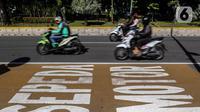 Kendaraan Roda dua melintasi Jalur Khusus Sepeda Motor dijalan Medan Merdeka Barat, Jakarta, Jumat (21/8/2020). Pemprov DKI Jakarta mengeluarkan Pergub Nomor 80 Tahun 2020 tentang Pelaksanaan PSBB Pada Masa Transisi Menuju Masyarakat Sehat, Aman, dan Produktif. (Liputan6.com/Johan Tallo)