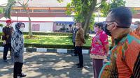 Menteri Sosial Tri Rismaharini mendatangi BRSPDSN Wyata Guna dalam rangka monitoring dan evaluasi terhadap kelangsungan dukungan dapur umum Kemensos, Selasa (13/7/2021). (Liputan6.com/Huyogo Simbolon)