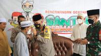 Gerakan santri bermasker di Malang. (Dian Kurniawan/Liputan6.com)