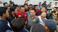 CEO PSIS, Yoyok Sukawi, menemui suporter di Stadion Moch. Soebroto, Magelang, saat laga kontra Persebaya (20/9/2019). (Bola.com/Vincentius Atmaja)