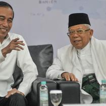 Pasangan Presiden dan Wapres terpilih, Joko Widodo atau Jokowi dan Ma'ruf Amin berbincang pada Rapat Pleno Terbuka Penetapan Presiden dan Wakil Presiden Terpilih Pemilu 2019 di Gedung KPU, Jakarta, Minggu (30/6/2019). (merdeka.com/Iqbal S Nugroho)