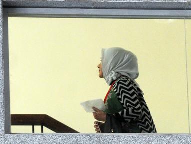 Dirut Pertamina, Nicke Widyawati (hijab) menaiki tangga untuk menjalani pemeriksaan di Gedung KPK, Jakarta, Senin (10/6/2019). Nicke Widyawati diperiksa sebagai saksi untuk tersangka mantan Dirut PLN Sofyan Basir terkait kasus dugaan suap proyek pembangunan PLTU Riau-1. (merdeka.com/Dwi Narwoko)