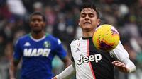 Striker Juventus, Paulo Dybala, mengejar bola saat melawan Sassuolo pada laga Serie A Italia di Stadion Allianz, Turin, Minggu (1/12). Kedua klub bermain imbang 2-2. (AFP/Marco Bertorello)