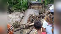Jembatan putus di Kabupaten Solok pada Selasa (12/1/2021). (Liputan6.com/ Dok BPBD Kabupaten Solok).