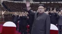 Kim Jong-un saat menghadiri konser untuk merayakan kesuksesan uji coba rudal 4 Juli 2017 (9/7/2017). (AP)