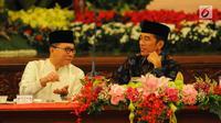 Presiden Joko Widodo atau Jokowi (kanan) berbincang dengan Ketua MPR Zulkifli Hasan saat menerima pimpinan lembaga negara buka puasa bersama di Istana Negara, Jakarta, Senin (6/5/2019). Jokowi mengajak pimpinan lembaga negara buka puasa bersama di hari pertama Ramadan. (Liputan6.com/Angga Yuniar)