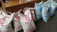 Kementrian perdagangan (kemendag) bersama Mabes Polri, mengungkap kasus penggunaan gula rafunasi yang diperuntukkan industri, dijual bebas di pasaran. (Yandhi/Liputan6.com)