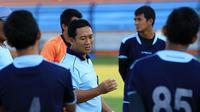 Didik Ludianto (tengah), pelatih Persela Lamongan di Piala Presiden 2015 (Bola.com/Zaidan Nazarul)