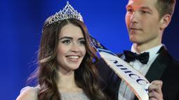 Ekspresi Maria Vasilevich saat menerima selempang usai dinobatkan menjadi Miss Belarus 2018 di Minsk, Belarusia (4/5). Maria Vasilevich akan mewakili negara di kontes Miss World. (AFP Photo/Maxim Malinovsky)