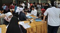 Orangtua murid melakukan pendaftaran Penerimaan Peserta Didik Baru (PPDB) Jalur Zonasi di SMA Negeri 21, Jakarta, Senin (24/6/2019). Pada hari pertama, lebih dari 750 calon peserta didik baru telah mendaftar di SMA Negeri 21. (merdeka.com/Iqbal Nugroho)