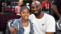 Mantan pebasket LA Lakers, Kobe Bryant, bersama putrinya Gianna menyaksikan laga WNBA di Mandalay Bay, Las Vegas, Sabtu (27/7/2019). (AFP/Ethan Miller)