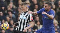 Gelandang Chelsea, Danny Drinkwater, berusaha menghentikan gelandang Newcastle, Matt Ritchie, pada laga Premier League di Stadion Stamford Bridge, London, Sabtu (2/12/2017). Chelsea menang 3-1 atas Newcastle. (AFP/Daniel Leal-Olivas)