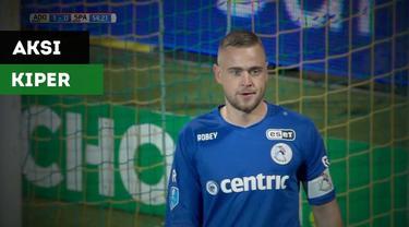 Aksi spektakuler kiper klub Belanda Sparta Rotterdam, Roy Kortsmit, dalam menghalau empat serangan beruntun pemain lawan.