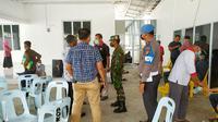 Polisi dan TNI saat membubarkan kerumunan di rumah Bupati Meranti saat lonjakan Covid-19 di Riau. (Liputan6.com/M Syukur)