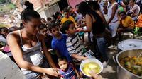 Warga Venezuela yang mengantri panjang untuk mendapat kebutuhan pokok (Getty Image)