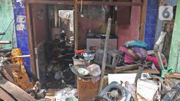 Kondisi salah satu rumah yang terbakar di Jalan Keadilan Dalam, Taman Sari, Jakarta Barat, Senin (19/4/2021). Kebakaran permukiman padat tersebut mengakibatkan sebanyak 200 rumah hangus terbakar dan sekitar 1.000 warga terpaksa mengungsi. (Liputan6.com/Herman Zakharia)