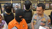 Muhtar (55), ayah bejat yang juga warga Dusun Tawing, Desa Ngadisuko, Durenan, Trenggalek, tega memperkosa dua anak kandungnya sendiri. (Liputan6.com/ Nur Habibie)