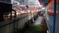 Hujan deras, mobil tertahan karena jalan ditutup menuju Haji Agus Salim, menurut petugas genangan di depan Setiabudi Aini atau gedung KPK merah Putih sudah semeter lebih.(Foto:Rinaldo)