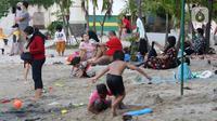 Pengunjung bersama anak-anak menikmati suasana Pantai Indah Taman Impian Jaya Ancol, Jakarta, Kamis (29/10/2020). Libur panjang di masa pemberlakuan PSBB transisi Jakarta dimanfaatkan warga untuk mengunjungi lokasi-lokasi wiisata. (Liputan6.com/Helmi Fithriansyah)
