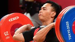 Eko Yuli Irawan berlomba di cabang olahraga angkat besi 61kg putra Olimpiade Tokyo 2020 di Tokyo International Forum, Tokyo, Minggu (25/7/2021). (Foto: AFP/Vincenzo Pinto)