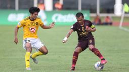 Pemain depan PSM Makassar, Ferdinand Sinaga (kanan) mencoba lolos dari adangan penyerang Kaya FC-Iloilo, Daizo Horikoshi pada kualifikasi Grup H Piala AFC 2020 di Stadion Madya Gelora Bung Karno, Jakarta, Selasa (10/3/2020). Laga kedua tim berakhir imbang 1-1. (Liputan6.com/Helmi Fithriansyah)