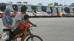 Sejumlah bus berjajar di terminal terpadu Pulo Gebang, Jakarta, Selasa (27/12). Perbaikan fasilitas di Terminal Pulogebang, Jakarta Timur hingga kini sudah mencapai 90 persen. (Liputan6.com/Angga Yuniar)
