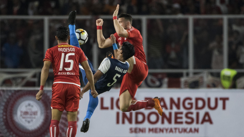 Bek Arema FC, Bagas Adi, berebut bola dengan striker Persija Jakarta, Marko Simic, pada laga Liga 1 di SUGBK, Jakarta, Sabtu (31/3/2018). Persija menang 3-1 atas Arema FC. (Bola.com/Vitalis Yogi Trisna)