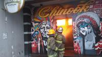 Petugas Diskar PB Kota Bandung memadamkan api yang melalap Cafe & Resto Chinook di area Hotel Riau. (Foto: Diskar Kota Bandung)