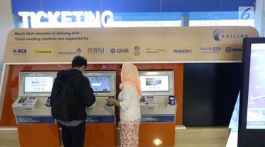 Petugas membantu pengguna transportasi kereta Bandara Soetta saat menggunakan kartu Perfeq Rider di Jakarta, Kamis (7/6). PT Railink menerbitkan kartu ini untuk meningkatkan kenyamanan pengguna reguler kereta KA Bandara Soetta. (Liputan6.com/Angga Yuniar)