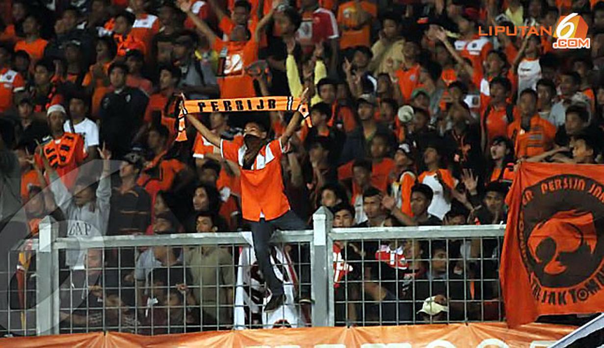 Sepanjang laga Persija melawan PDRM FA Malaysia para suporter terus membentangkan syal(Liputan6.com/Helmi Fithriansyah).