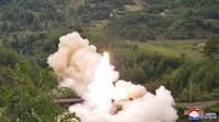 Rudal diluncurkan dari kereta api saat uji coba di lokasi yang dirahasiakan Korea Utara pada 15 September 2021. Wartawan independen tidak diberi akses untuk meliput uji coba ini. (Korean Central News Agency/Korea News Service via AP)