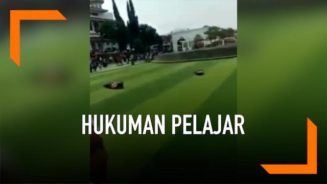Diduga berbuat asusila, dua pelajar dipermalukan di alun-alun Kota Cianjur. Mereka diminta bergulingan hingga jadi pusat perhatian warga.
