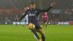 Aksi penyerang Tottenham Hotspur, Fernando Llorente melakukan kontrol bola saat diadang pemain Swansea City pada lanjutan Premier League di The Liberty Stadium, Swansea, (2/1/2018). Tottenham menang 2-0. (AFP/Geoff Caddick)