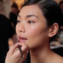 Mendekati hari pernikahan, Anda harus menghindari beberapa kesalahan makeup di bawah ini, penasaran? Simak di sini.