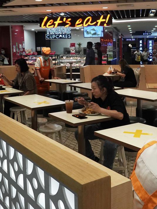 Sebuah pusat perbelanjaan menerapkan langkah social distancing atau jaga jarak sosial dengan memberikan tanda silang di area tempat duduk di wilayah Bugis Singapura, 28 Maret 2020. Pemerintah Singapura akan memenjarakan warga yang melanggar aturan jarak aman sejauh 1 meter. (Xinhua/Then Chih Wey)