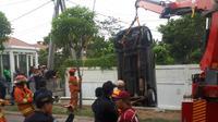 Mobil terperosok ke selokan di Jalan Sutorejo Barat, Surabaya, Jawa Timur. (Foto: Dok Dinas Pemadam Kebakaran Kota Surabaya)