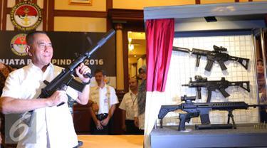 Menteri Pertahanan Ryamizard Ryacudu saat mencoba senjata baru produksi Pindad usai peresmian senjata baru di Gedung Kementerian Pertahanan, Jakarta, Kamis (9/6). (Liputan6.com/Angga Yuniar)