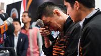 Pebulutangkis Malaysia, Lee Chong Wei dengan berlinang air mata saat mengumumkan pensiun melalui konferensi pers di Putrajaya, Kamis (13/6/2019). Mantan pemain nomor satu dunia ini memutuskan untuk gantung raket alias pensiun akibat kanker yang dideritanya. (Mohd RASFAN / AFP)