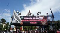Koordinator aksi demo sedang berorasi untuk menuntut penghilangan simbol salib di depan Balai Kota Solo, Jumat (18/1).(Liputan6.com/Fajar Abrori)