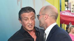 "Jason Statham berbincang dengan Sylvester Stallone saat menghadiri pemutaran ""The Meg"" di Los Angeles, California, (6/8). Film ini dibintangi Jason Statham, Li Bingbing, Rainn Wilson, Rose Ruby, Winston Chao, dan Cliff Curtis. (AFP Photo/Lisa O'Connor)"