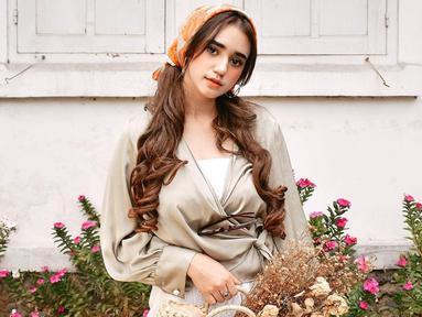 Nabilah Vadaq merupakan peserta Indonesian Idol asal Malang. Saat audisi ia menyanyikan lagu dari The XX yang berjudul Shelter. Penampilannya pun mampu membuat para judi dan penonton di rumah terpukau.  (Liputan6.com/IG/nabilahvdq)