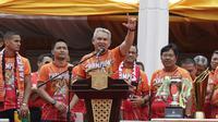 Ketua The Jakmania, Ferry Indrasjarief, memberikan sambutan di Balai Kota, Jakarta, Sabtu (15/12). Pawai tersebut untuk merayakan keberhasilan Persija meraih gelar Juara Liiga 1 Indonesia. (Bola.com/M Iqbal Ichsan)