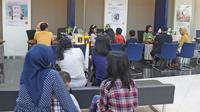 Nasabah menunggu untuk melakukan pengaduan terkait gangguan sistem di Bank Mandiri KCP Jakarta Mal Pondok indah 2, Sabtu (20/7/2019). Nasabah Bank Mandiri mengeluhkan perubahan drastis saldo di rekening yang mengalami pengurangan dan ada juga yang mengalami penambahan. (Liputan6.com/Herman Zakharia)