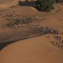 Foto aerial menunjukkan para peserta melintasi bukit pasir saat mereka mengikuti kompetisi Marathon des Sables ke-33 di gurun Sahara, Maroko (13/4). (AP Photo / Mosa'ab Elshamy)