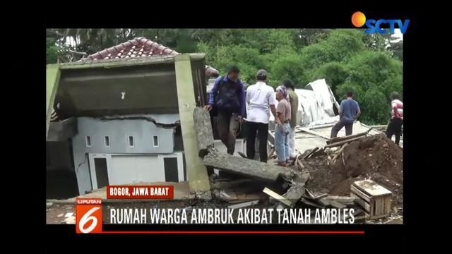 Rumah warga di Cimahpar, Bogor, ambruk akibat tanah ambles sedalam 2 meter.