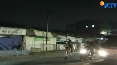 Melihat Satpol PP, polisi dan TNI datang, sejumlah gelandangan yang biasa disebut manusia gerobak kabur.