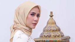 Cynthia Ramlan juga memutuskan untuk berhijab. Adik dari Olla Ramlan ini mulai menggunakan hijab pada 16 Mei. Ia memutuskan berhijab saat ulang tahun almarhum ayahnya dan juga saat ulang tahun pernikahan. (Liputan6.com/IG/@cynthiaramlan)