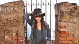 Wanita 26 tahun ini tampil kece dengan topi ala koboi. Aksesoris kacamata hitam dan baju yang senada membuat penampilan kakak Winona Willy ini terlihat edy dan ciamik. (Liputan6.com/IG/@nikitawillyofficial94)
