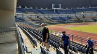 Pelatih Persib Bandung, Robert Alberts memantau Stadion GBLA menjelang latihan perdana tim. (Bola.com/Erwin Snaz)